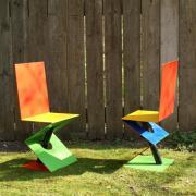 deux chaises colorées