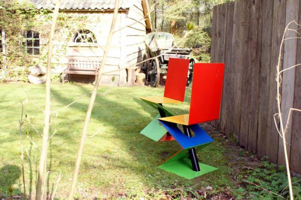 deux chaises multicolores
